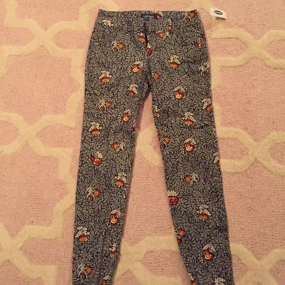 NWT Old Navy Pixie Pant in navy floral Navy pant with cute white, orange, and red floral print as shown. Size 0 petite. NWT! Old Navy Pants