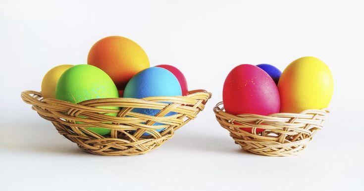 Το παστέλ το έχουμε λατρέψει αλλά η νέα τάση στα αβγά του Πάσχα θέλει έντονα χρώματα φλούο!