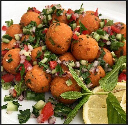 Merhaba, Mercimek köftesini minik toplar halinde porsiyonlayıp, bol limonlu kaşık salata ile mezeden, salataya kolaylıkla dönüştürebilirsin...