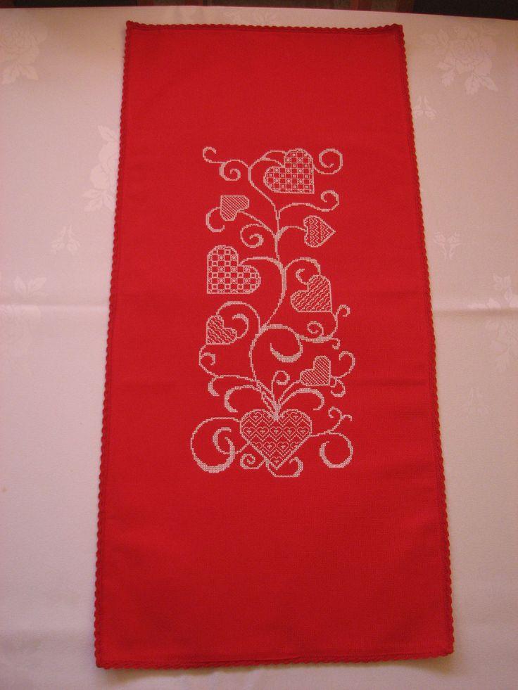 piros szívmintás keresztszemes asztali futó