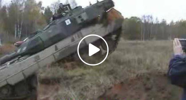 Nenhum Obstáculo é Suficiente Para Impedir a Passagem De Um Tanque De Guerra