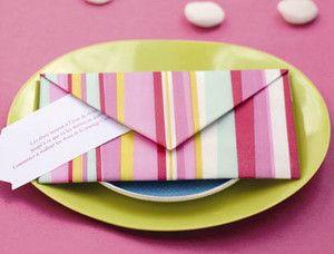 Donnez du style à votre table grâce au pliage de serviettes. Cette semaine, dénichez de jolies serviettes en papier à rayures et réalisez cette création...