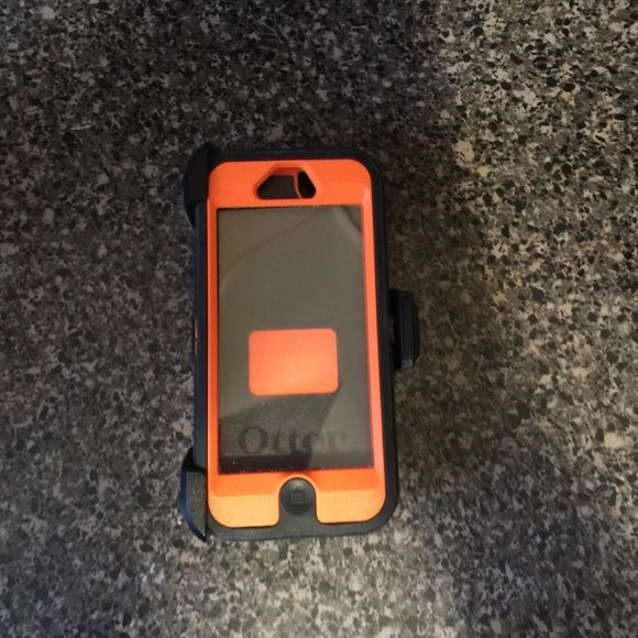 Otter box in like new condition Black and orange REALTREE OTTER BOX WITH CLAPS. OtterBox Accessories