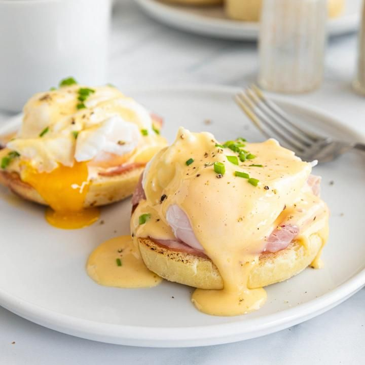 The Best Eggs Benedict is a simple, yet fancy breakfast recipe that you will love. Poached eggs with hollandaise sauce, ham, and English muffin. Egg Recipes For Breakfast, Breakfast Dishes, Brunch Recipes, Simple Egg Recipes, Breakfast Sauce Recipe, Ideas For Breakfast, Poached Egg Recipes, Best Poached Eggs, Egg Recipes For Lunch