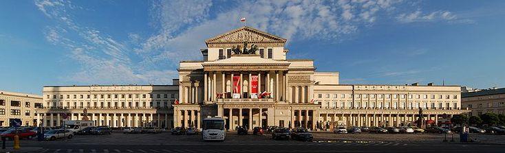 Teatr Wielki w Warszawie. Budynek teatru został wzniesiony w latach 1825- 1833 wg projektu Antonia Corazziego. W czasie wielkiego remontu teatru pod koniec XIX wieku, do frontonu gmachu dobudowano balkon wsparty na kolumnach, według projektu Bohdana Marconiego. Cały budynek został zbudowany w stylu neoklasycystycznym.