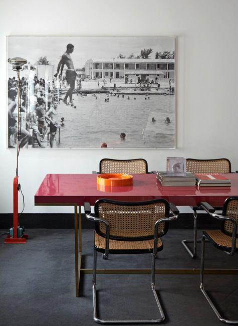 Eu simplesmente AMO essa mesa e essas cadeiras! tabletop gloss + oversize black and white art