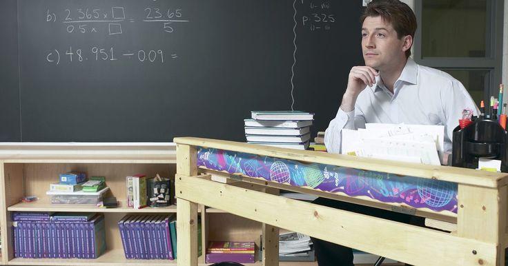 Cómo realizar la factorización prima. La factorización prima es la operación matemática de dividir un número compuesto en factores primos. Es enseñada en todos los niveles de matemáticas hasta el álgebra, y se usa para encontrar el máximo común divisor y el mínimo común múltiplo de un grupo de números. Algunas de las personas más filosóficas dirán que se usa a lo largo de toda la vida ...