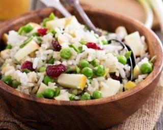 Salade de riz aux petits pois, pomme et cranberries : http://www.fourchette-et-bikini.fr/recettes/recettes-minceur/salade-de-riz-aux-petits-pois-pomme-et-cranberries.html