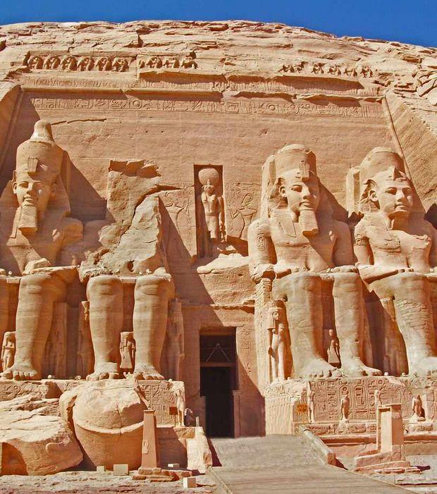 Grand temple d'Abou Simbel taillé dans la roche pour sa majeur partie. La façade du grand temple est composée de plusieurs statues, bas-reliefs et frises. Les plus connues et monumentales de ces statues sont les quatre colosses représentant Ramsès II assis (env. 20m haut).