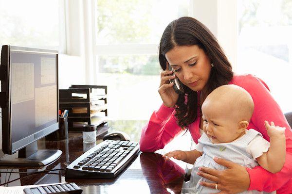 """Steeds meer jonge ouders ruilen onderling hun baby's. Via een speciale website kunnen ouders hun kinderen online ruilen. Op die manier zijn dit jaar al bijna tweehonderd kinderen omgeruild. """"Jonge ouders zijn niet altijd tevreden met hun baby. Dat is heel normaal"""", legt Jacqueline Wiggelink van BabyRuilen.nl uit. """"Zekrijgen bijvoorbeeld een kindje met bruine ogen, terwijl ze blauwe ogen mooier [...]"""