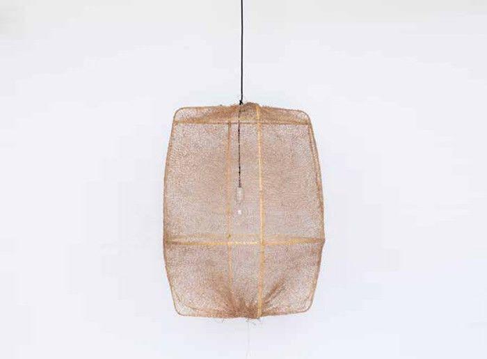 Suspension sisal Z2 Tea chez Ay illuminate, dessinée par Aylin Heinen, une structure minimaliste de Bambou recouverte d'un voile aérien de Sisal tressé à la main, qui donne à l'ensemble une incroyable impression de légèreté.