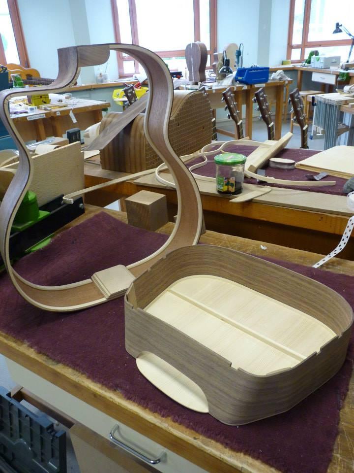 Guitare manouche Selmer en cours de fabrication dans l'atelier - destination : le musée des musiques populaires de Montluçon.