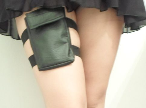 This leg pouch is made by hand using two elastic straps and a fully lined pouch made with vegan faux leather and a velcro closure.  The dimensions of the pouch (15 cm x 9 cm x 1.50 cm) makes this garter purse a great option to carry money, your ID, keys of even your phone without any danger of ...