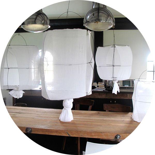 Mark Eden Schooley, une suspension habillée de voile de coton blanc. Chaque pièce est unique et est réalisée à la main en vente chez Serendipity http://www.serendipity.fr/petite-suspension-Koushi/8-1629/p