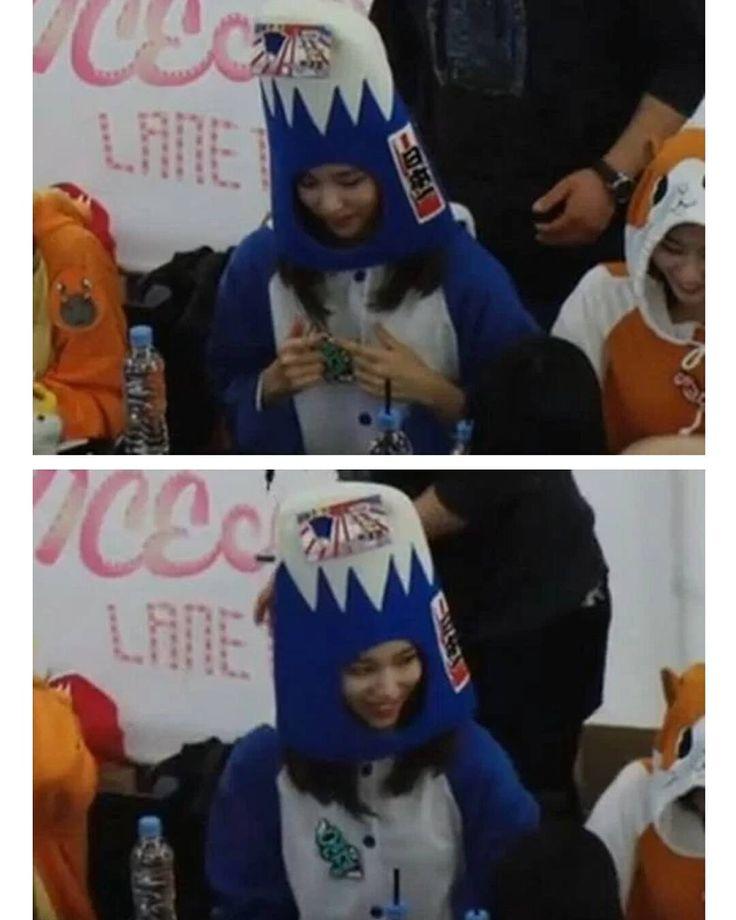Ingin Jatuhkan TWICE Anti-Fans Ini Berikan Bendera Matahari Terbit Pada Mina  Mina TWICE hampir menjadi korban dari keusilan seorang anti-fans.  Hal ini terjadi ketika TWICE baru-baru ini menggelar sebuah jumpa fans. Saat itu terdapat penggemar yang memberikan topi kepada Mina yang langsung digunakan olehnya.  Tanpa sepengetahuannya ternyata di topi tersebut terdapat sebuah gambar bendera matahari terbit (Kyokujitsuki) yang digunakan selama masa penjajahan Jepang. Sebelumnya Tiffany SNSD…