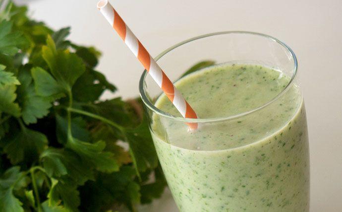 Virkelig dejlig godmorgen smoothie med avocado, dadler og appelsin. Smager fantastisk og er fyldt med næring og energi