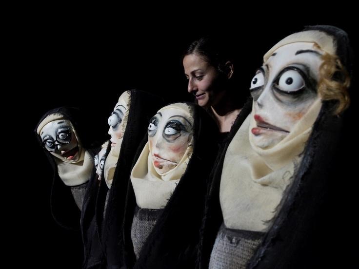 La semplicità ingannata.   Satira per attrice e pupazze sul lusso d'esser donne.  Di e con Marta Cuscunà. Foto di Alessandro Sala/Cesuralab.