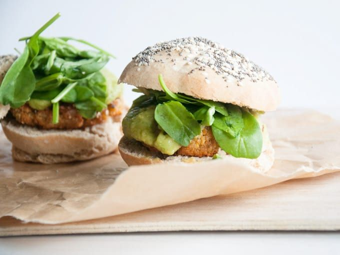 Recipe for a vegan Falafel Burger with avocado sauce, spinach & homemade burger buns. Flavor explosion for the falafel-lover.