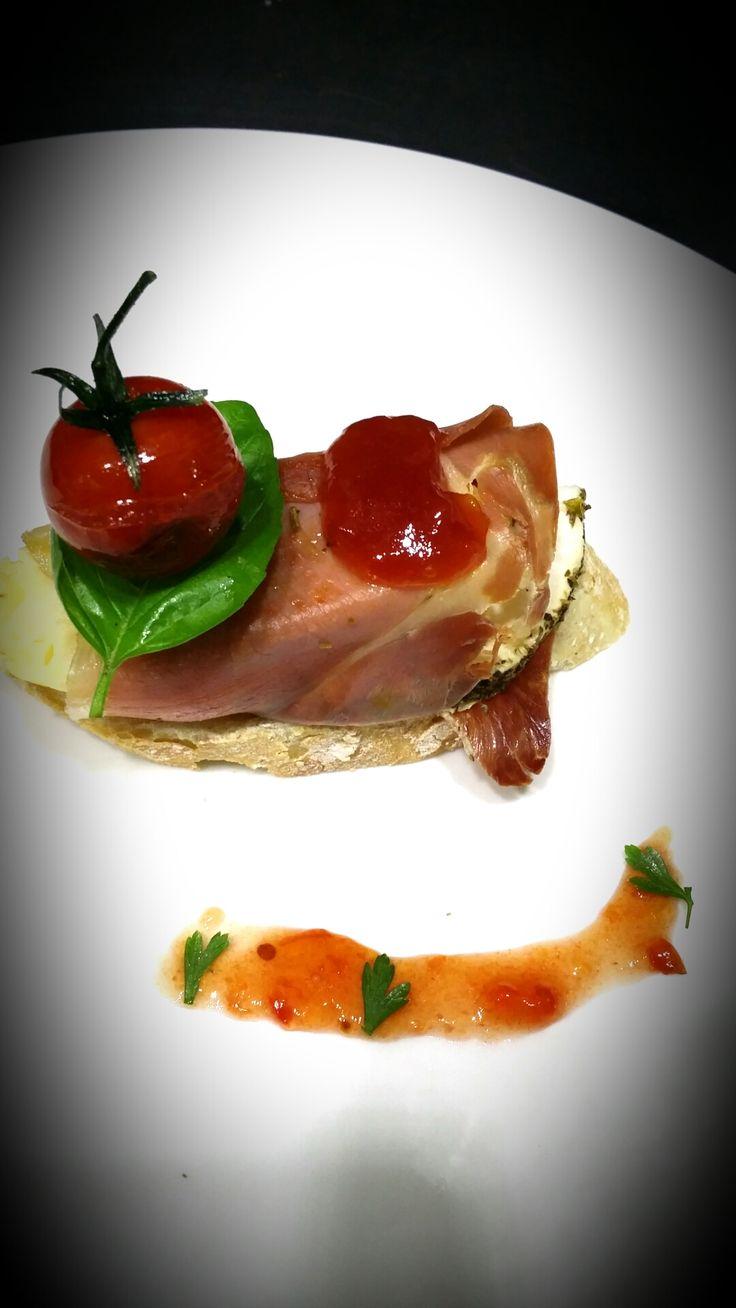 El Sitio Gastrobar en Yecla, Murcia. Rodillo de jamon. Queso cabra a las finas hierbas y tortilla de patatas.