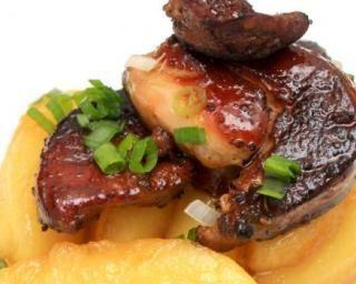 Foie gras poêlé aux pommes et caramel au poivre et vinaigre de xérés : http://www.fourchette-et-bikini.fr/recettes/recettes-minceur/foie-gras-poele-aux-pommes-et-caramel-au-poivre-et-vinaigre-de-xeres.html