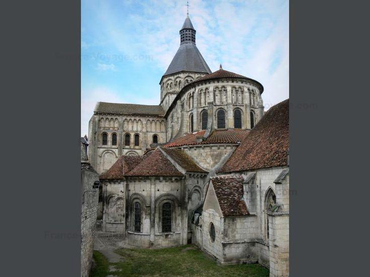 La Charité-sur-Loire: Achthoekige toren en de apsis van de priorij kerk van Notre Dame - France-Voyage.com