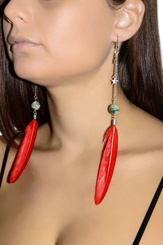 Boucles d'oreilles pendantes en plumes rouge : Boucles d'oreille par les-bijoux-de-petiteauguai