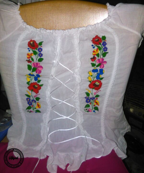 Blusa de señora,pintada a mano con motivos de Hungría.