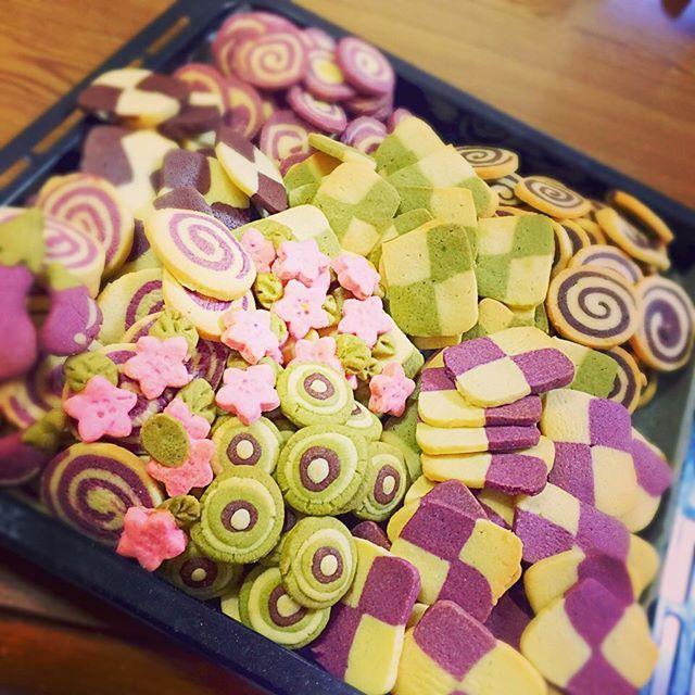 【honaam1】さんのInstagramをピンしています。 《ニート満喫中❤️ 取り敢えずは一旦終了(笑) まだ冷蔵庫に生地大量にある(*_*)笑 いつ焼く気力わくかな。笑 #クッキー#モザイククッキー#紫芋#きな粉抹茶#桜#プレーン#ココア#マイク#茄子#桃#後半お遊び#プレゼント》