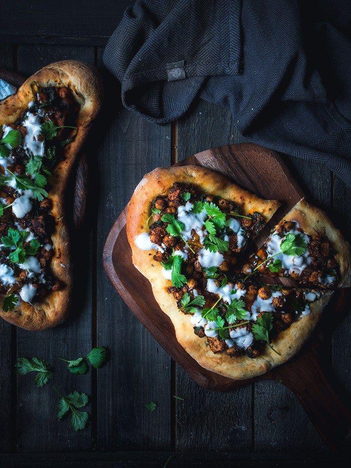 Tandooritofu-naan-leipäpitsa. Vegaani. Helppo resepti.