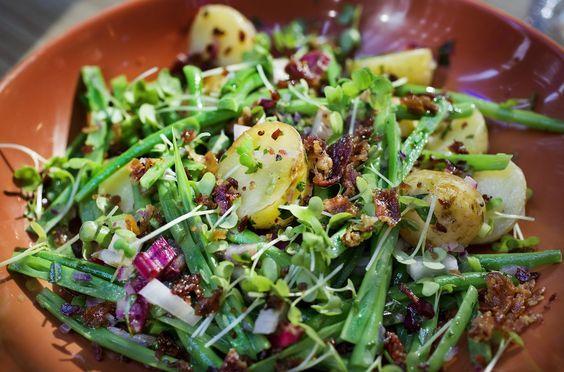 Lun potetsalat med delig asparges.