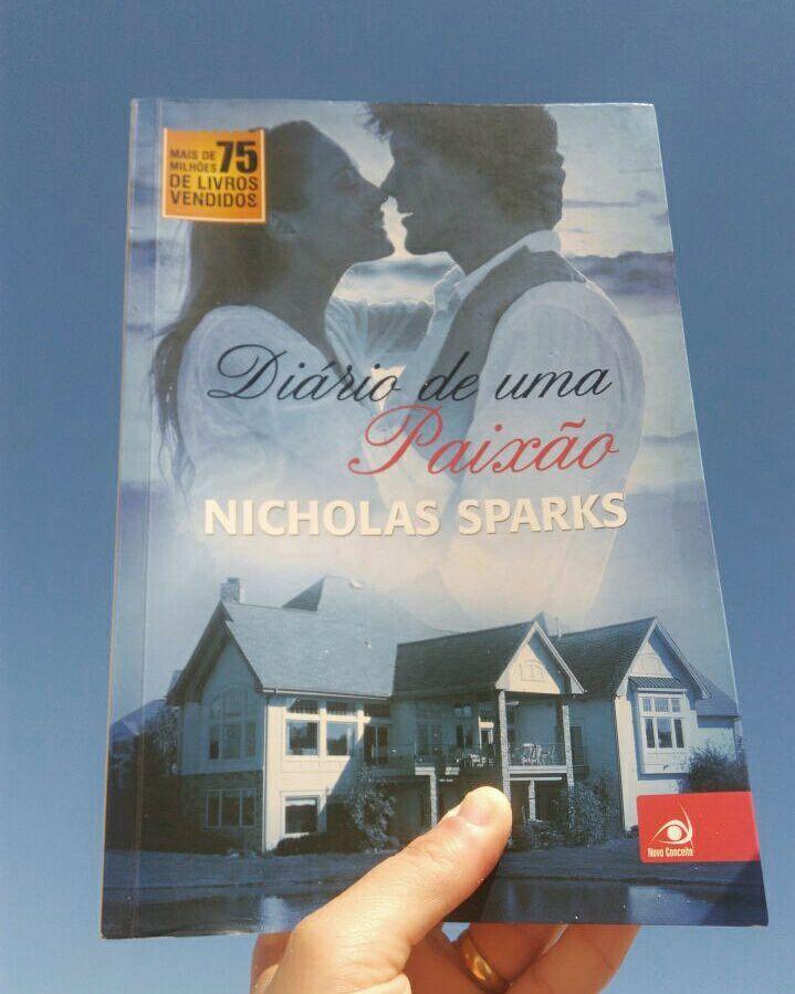 """Mais um mês começando e com ele mais uma #DicaDeLeitura. Quem gosta?  A resenha de hoje é sobre o livro """"Diário de Uma Paixão"""", do autor Nicholas Sparks. Já perceberam que a pessoa aqui adora uma história de romance, né?! rsrsrs..."""