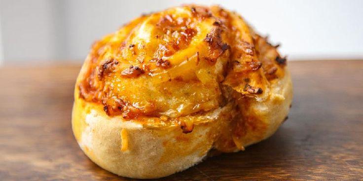 Dette er en oppskrift på pizzasnurrer med ost, basilikum og pinjekjerner.