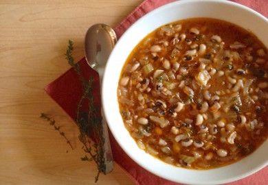 Kuru Börülce Çorbası, Ege'de sıklıkla yapılan, içindeki malzemelerin aroması ve lezzetiyle değişik çorba tarifi arayanlar için birebir. Malzemeleri şöyle;