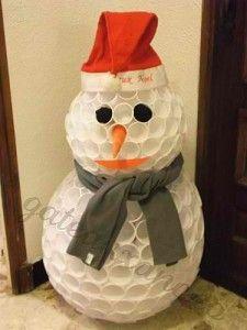 un bonhomme de neige en gobelets plastique