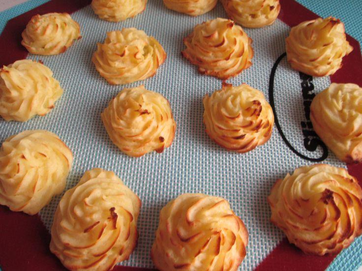 Pommes duchesse maak je makkelijk zelf en smaken hmmmm. http://beaskookclub.wordpress.com/recepten/hoofdgerechten/pommes-duchesse/
