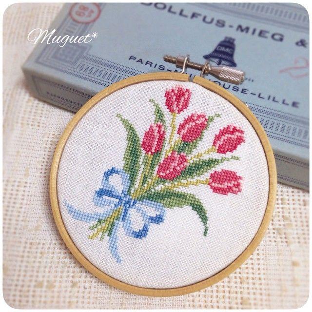 . チューリップの続きをステッチ。 リボンが付いて花束らしくなりました(^_^). . 刺しゅうはまだ続きます♪ #刺繍 #クロスステッチ #チューリップ #花 #花束 #手芸 #手作り #手仕事 #ハンドメイド #embroidery #crossstitch #handwork #handmade #diy #flower #tulip #bouquet