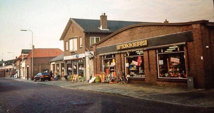 Voormalig winkelpand van Stokkers aan de Dorpsstraat, waar nu de Rabobank is gevestigd. Bron: Leven in Holten