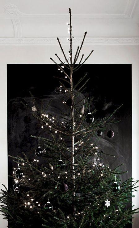 Decoración de Navidad minimalista: árbol adornado sobre fondo negro #decoracion #minimalista #navidad #minimalist #christmasdecor #christmas #decor