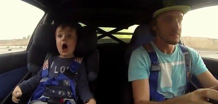 La cara de este niño es todo un poema cuando su padre lo sube a un coche de rally - http://viral.red/nino-en-coche-de-rally-con-su-padre/