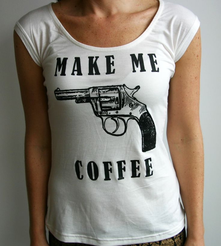 Camiseta Make Me Coffee. Tshirt, top, blouse, white, pistol, gun, vintage.