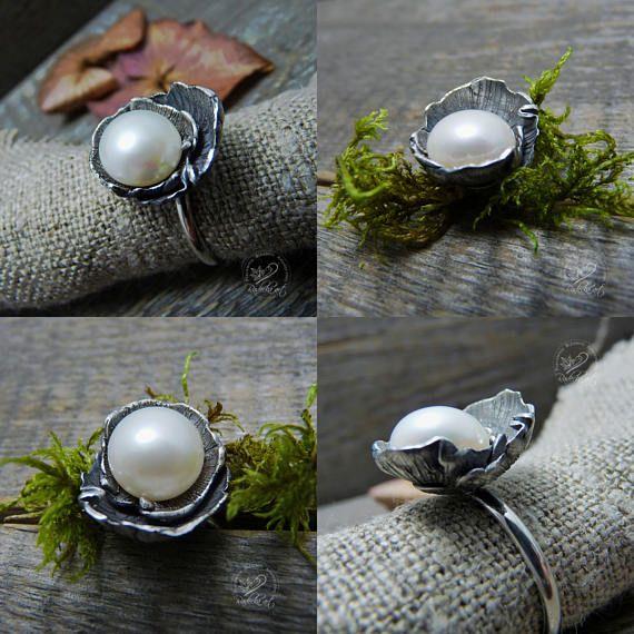 Anillos de plata esterlina, anillo de compromiso de estilo Vintage, anillos de compromiso, regalo, perla anillo de compromiso, joyería fina de plata Romántico, anillo de compromiso de mi colección de Campanas de perla. Primavera está en el aire todo el año con este perenne favorito, Arte Nouveau estilo de perlas anillo de compromiso. La plata fina culmina en los pétalos de una flor, suavemente ahuecamiento natural 10 milímetro perla en su centro. Estilo clásico elegante, delicadamente ...