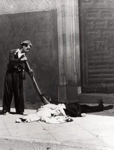 Onbekend   Staatsvorming, burgeroorlogen: De Spaanse Burgeroorlog van 1936-1939. De wreedheden van de burgeroorlog: Een man controleert of het slachtoffer nog leeft door hem met zijn wapen aan te tikken. Spanje, 1936.
