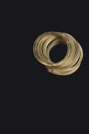 """Bracelets Joncs les Prairies de Paris - Les accessoires des beaux jours - Dans l'esprit parisien chic et féminin, des joncs au charme """"robuste"""", en métal doré mat pour coller au plus près de la mode. Joncs les Prairies de Paris – 68 € (vendus par 3) Informations..."""