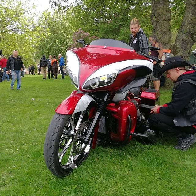 Custom bike show. #Harleydavidson #harleysofinstagram #harleylifestyle #nighttrain #electraglide #softtail #sweden #bikerstyle #bikerporn #bikelife #bikers #harleylifestyle #touringbike #zerofucksgiven #Bandit #Ailien #helmet #hdtourersandbaggers #hdsweden #hdnation #showoffmyharley #harleyride #harleyrider #softailgram #harley4life #showoffmysoftail #arlenness #daymaker #led #stockholm #streetglide