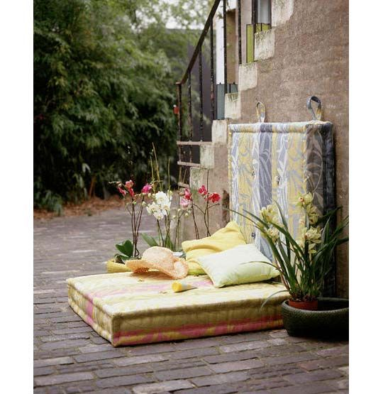 this is so cool! It's like an outdoor reading nook!  #backyard #patio #ideas