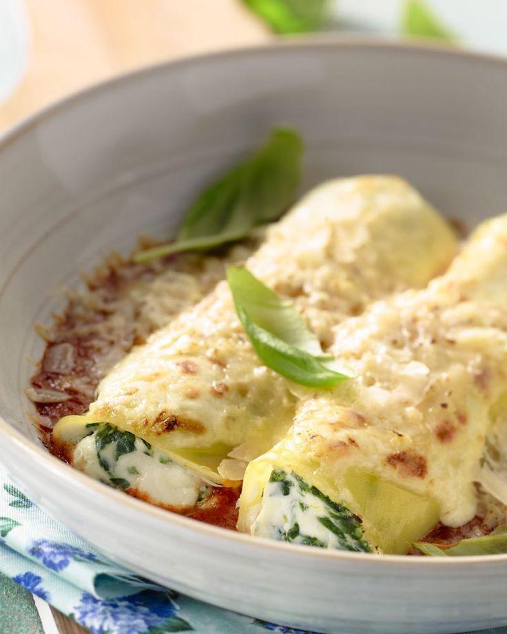 Spinazie en ricotta zijn perfecte vulling voor canneloni, Italiaanse pastabuisjes. Met een smaakvolle tomatensaus bij, is het een heerlijke ovenschotel.