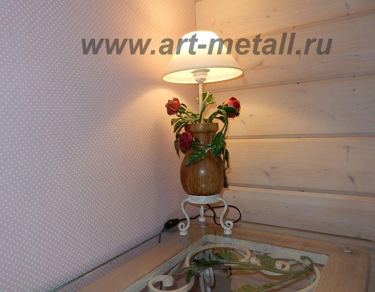 Кованая настольная лампа флористика. Дубовое основание, кованые розы.