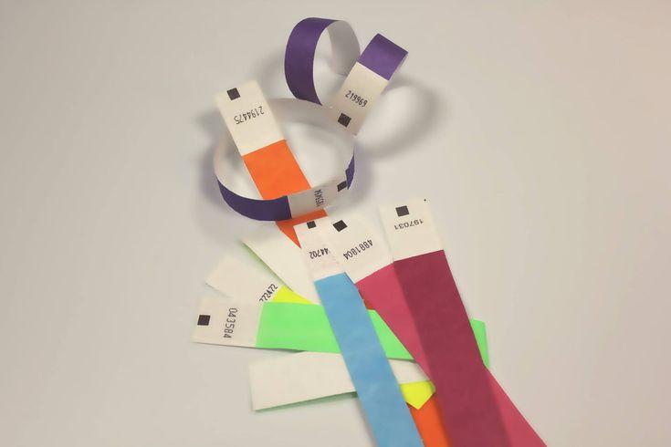 Bracelets événementiels non marqués constitués de Tyvek : une matière résistante totalement waterproof et indéchirable. Accessoires d'identification réglables agrémentés d'une bande autocollante. Commandez vos bracelets Tyvek chez 123 Bracelets !