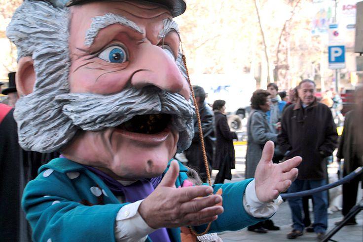 """Si lo veis hoy por las calles de Barcelona, ¡saludadle! Es el """"Home dels nassos"""" (Hombre de las narices) y sólo sale una vez al año, el 31 de Diciembre, el día en el que tiene tantas narices como días le quedan al año // If you see on the streets of Barcelona, say him hello! It is the """"Man of the nose"""" and only goes out once a year, on December 31th, the only day he has as many noses as days remaining of the year"""