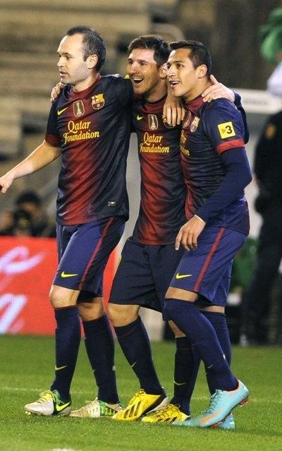 Messi celebra su gol con Iniesta y Alexis